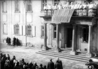 """Митрополит Іоанн у супроводі єпископів і священиків з балкону архієписькопського дому благословляє вірян, котрі вперше дізнаються про """"самоліквідацію"""" УГКЦ. 10 березня 1946 року"""